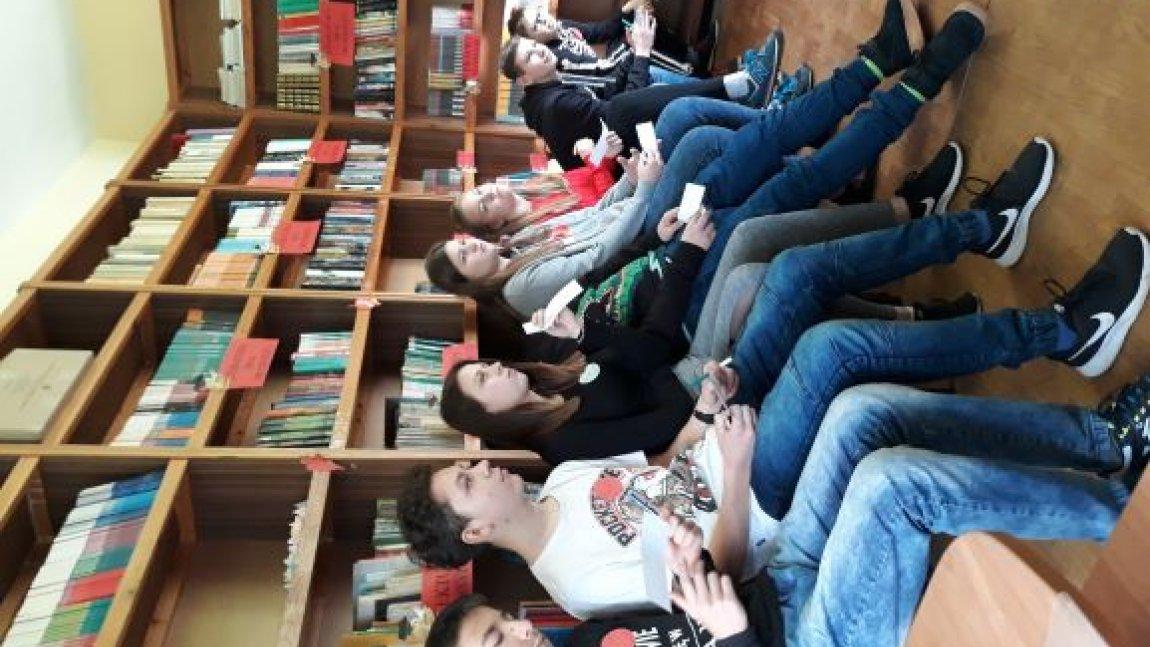 Lekcja biblioteczna w klasie ósmej